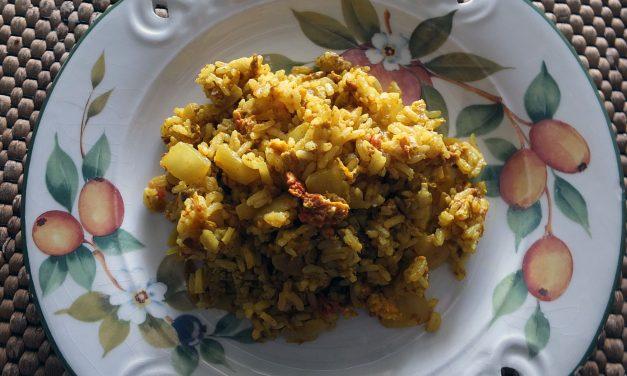 Ινδικό ρύζι με κάρυ και αυγό