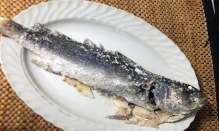 Ψάρι στον φούρνο με κρούστα αλατιού
