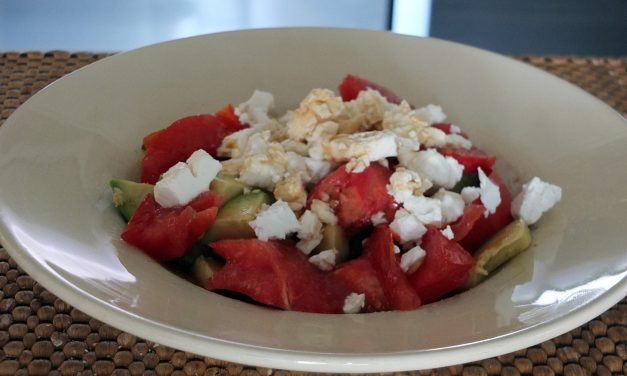 Σαλάτα με αβοκάντο, ντομάτα και φέτα